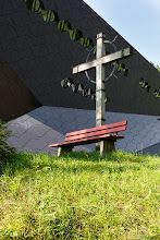 Photo: Christian Kolonovits: EL JUEZ (Der Richter). 9.8.2014 Österr, Erstaufführung in Erl/Tirol. Inszenierung: Emilio Sagi. Kreuz neben Festspielhaus. Foto: DI. Dr. Andreas Haunold
