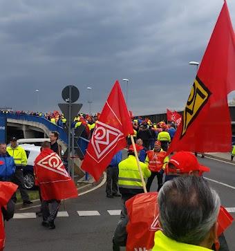 Gewerkschaftskollegen mit IG-Metall-Fahnen.