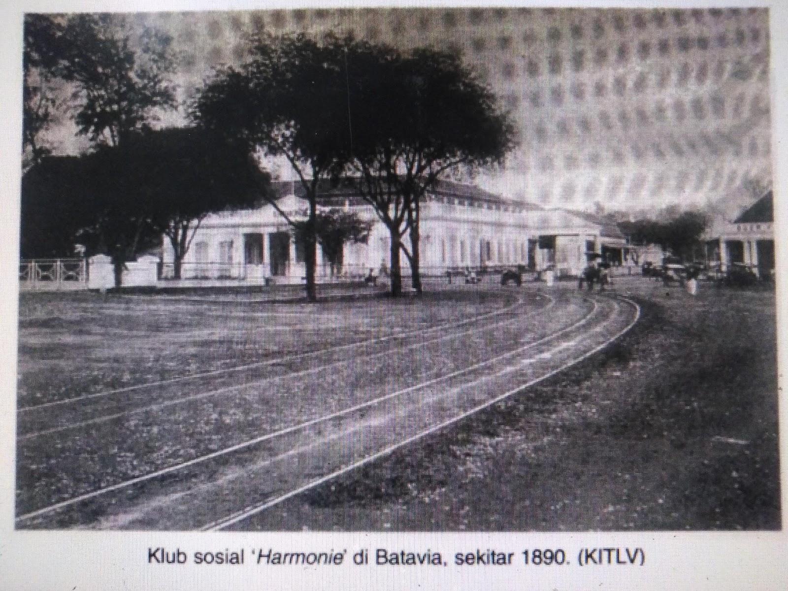 dokumentasi alun-alun di masa kolonial menjadi ruang publik bagi klub sosial di kota Batavia