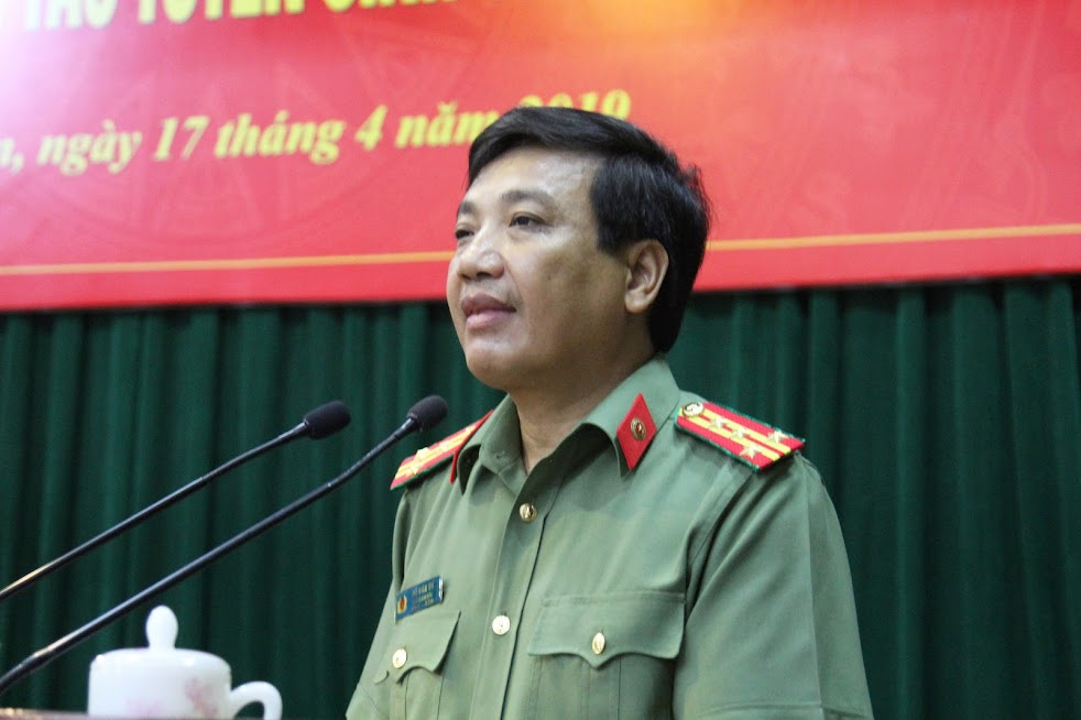 Đồng chí Đại tá Hồ Văn Tứ, Phó Giám đốc Công an tỉnh phát biểu tại Hội nghị