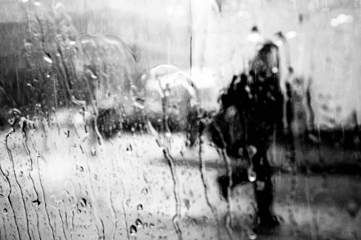 L'uomo sotto la pioggia di Alysé