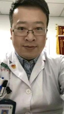 Професор Лі Веньлян – китайський офтальмолог у Центральній лікарні міста Вухань, який 30 грудня 2019 року попередив колег про можливий спалах хвороби, що нагадує синдром тяжкого гострого респіраторного синдрому (SARS), пізніше визначеної як COVID-19. 3 січня 2020 року його викликали до поліції і звинуватили «в неправдивих коментарях в інтернеті». Лі повернувся до роботи, пізніше заразився вірусом від пацієнта і помер 7 лютого 2020 року. Йому було 33 роки