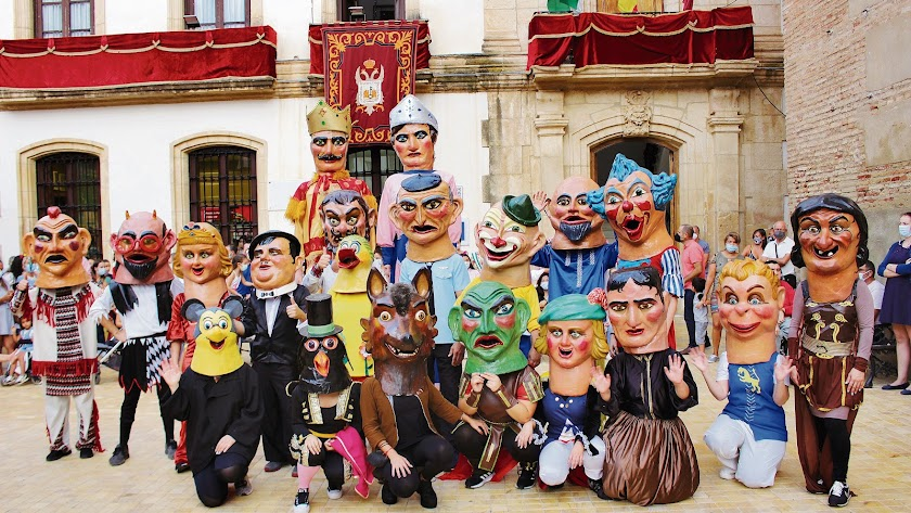 Una de las actividades más tradicionales en las fiestas de muchos pueblos es el desfile de los famosos Gigantes y Cabezudos.