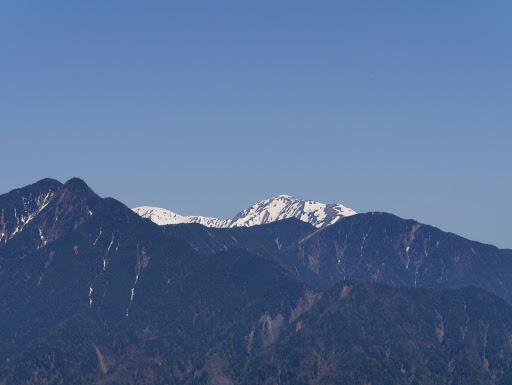 奥に悪沢岳(右)・荒川岳(左)、左端は笊ヶ岳