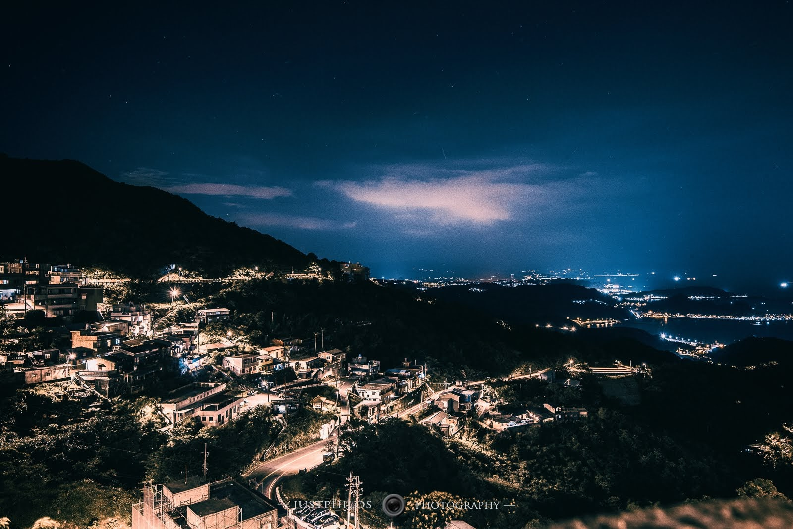 夜晚從九份眺望九份山城與北海岸夜景相當壯觀美麗。