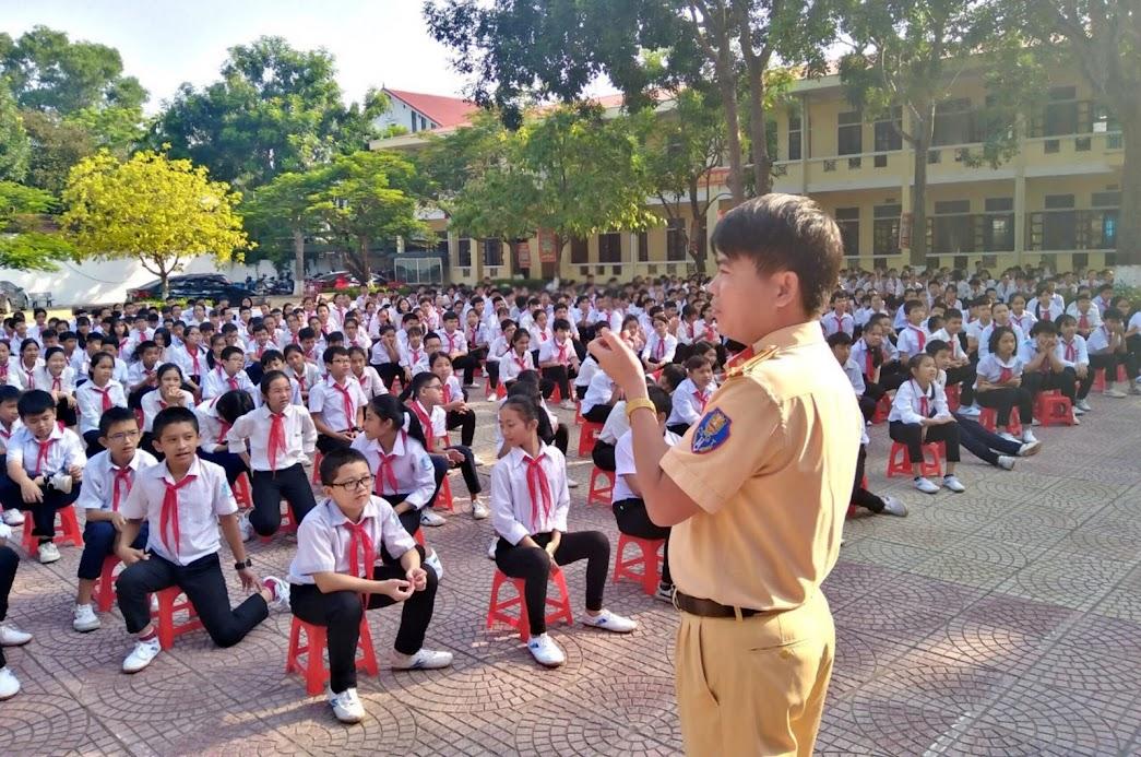 Công an các đơn vị, địa phương thường xuyên tuyên truyền, phổ biến pháp luật cho học sinh (Trong ảnh: Công an huyện Đô Lương tuyên truyền Luật ATGT trên địa bàn)