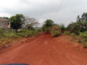 Photo: et arrivons à la maternité de Dré, premier village aidé par le CTM en 1986, où nous avions financé la construction d'un puits, toujours très fréquenté.