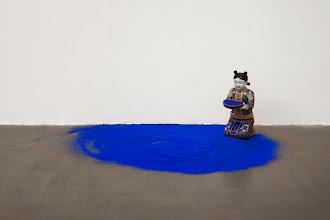 Photo: Situación (Azul) 2014 Cerámica china, arena azul. 33 x 14 x 19 cm Intalación de medidas variables