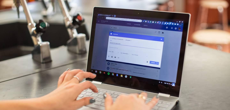 在 Chromebook 上打字的雙手特寫。