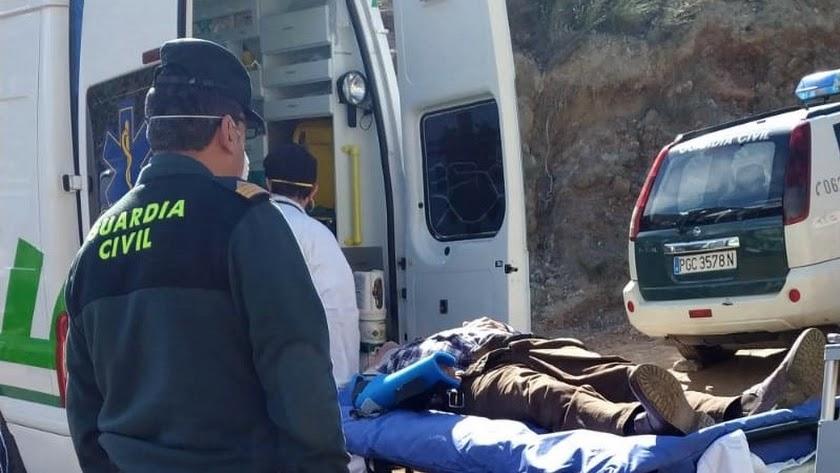 Imagen remitida por la Guardia Civil de la asistencia al trabajador herido en Tabernas.