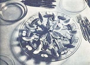 Photo: Böjtös előételek. Szardellás mayonaise-zet kevert burgonyasaláta, szardínia, tojásszelet, uborkával és retekkel díszítve. - Przystawki postne...