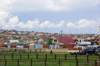 Photo: Ulan Bator - Les quartiers périphériques ressemblent à ça. Cette physionomie est transposable aux autres agglomérations mongoles que nous avons traversées. Des maisons simples, séparées par des palissades approximatives, et desservies par un réseau de rues en terre anarchique. Si les gens n'y semblent pas malheureux, ce paysage ne semble pas à cette place dans ce pays d'espaces et de culture nomade.
