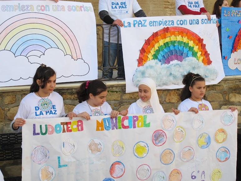 Los distintos centros y asociaciones participantes portaban unas pancartas decoradas por ellos mismos.