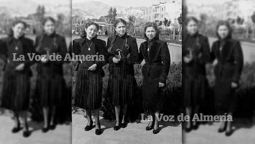 Tres muchachas paseando un domingo por el Parque de Almería en pleno luto.
