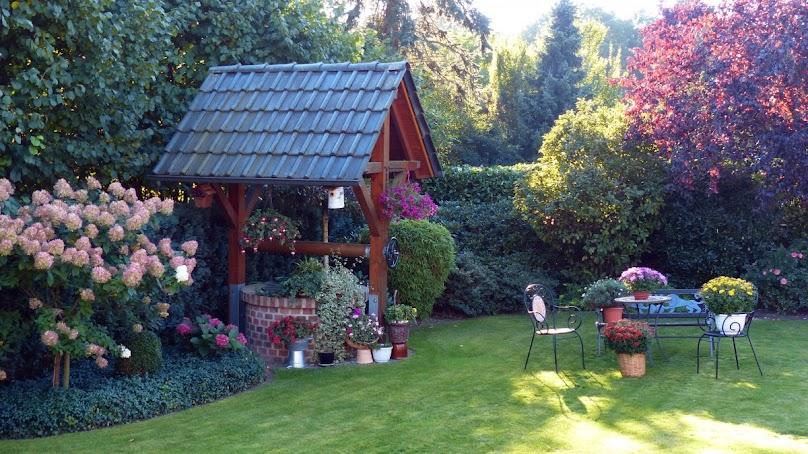 Pięknie urządzony ogród przy domu