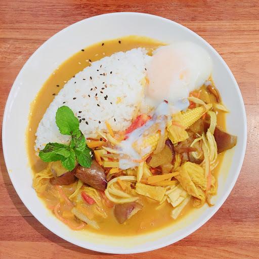 咖哩鮮蔬溫泉蛋飯  主要是茄子、豆皮、蕈菇製成的咖哩,有機土雞蛋的半熟溫泉蛋,為料理增添了滑膩感