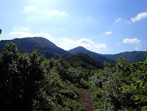 尾根が開け北丈競山(左)と南丈競山(中央)