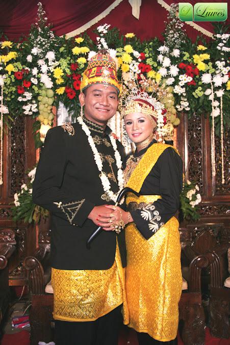 Rias pengantin dengan menggunakan adat aceh