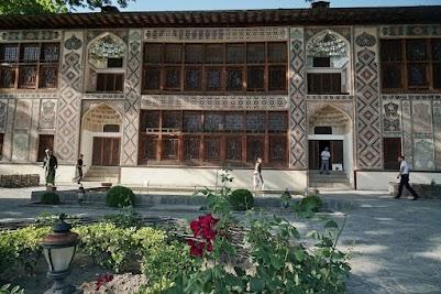 Der Palast in Şәki ist überaus kunstvoll verziert.