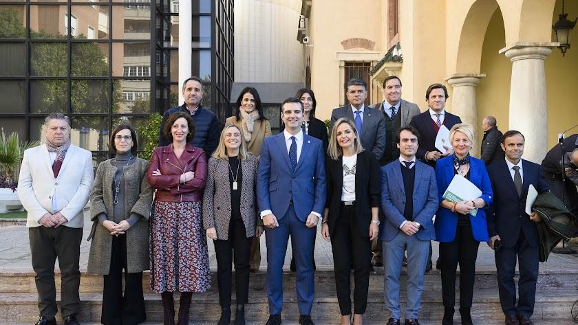 Foto de familia tras la firma del convenio.