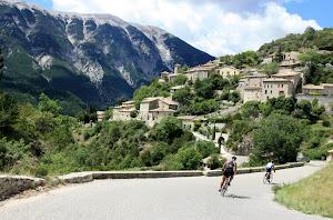 cyclistes-a-lentree-de-brantes-en-provence-pres-du-mont-ventoux