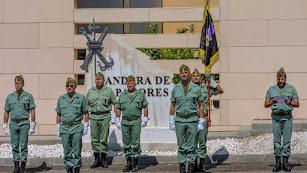 mandos de la Legión, liderados por el general Juan Jesús Martín Cabrero, rinden homenaje a los artificieros en el monolito (FOTO: BRILEG)