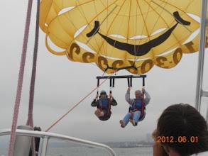 Photo: Wow, bay lên rồi. Rất nhẹ nhàng, cứ từ từ bay lên, không chao đảo, không nghiêng ngả gì cả. Họ làm hay ghê.