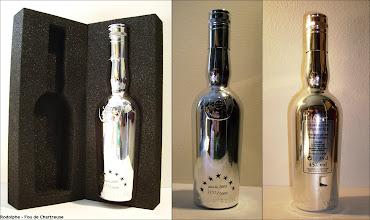 Photo: De l'épiscopale dans une bouteille design chromée.  Recette 2/3 1/3, en 35cl, 5000 exemplaires numérotés, année 2003. A noter le carénage métallique de la bouteille et son emballage de mousse dans un étui argenté, le tout réalisé avec le concours de PME françaises. (merci à Rodolphe)