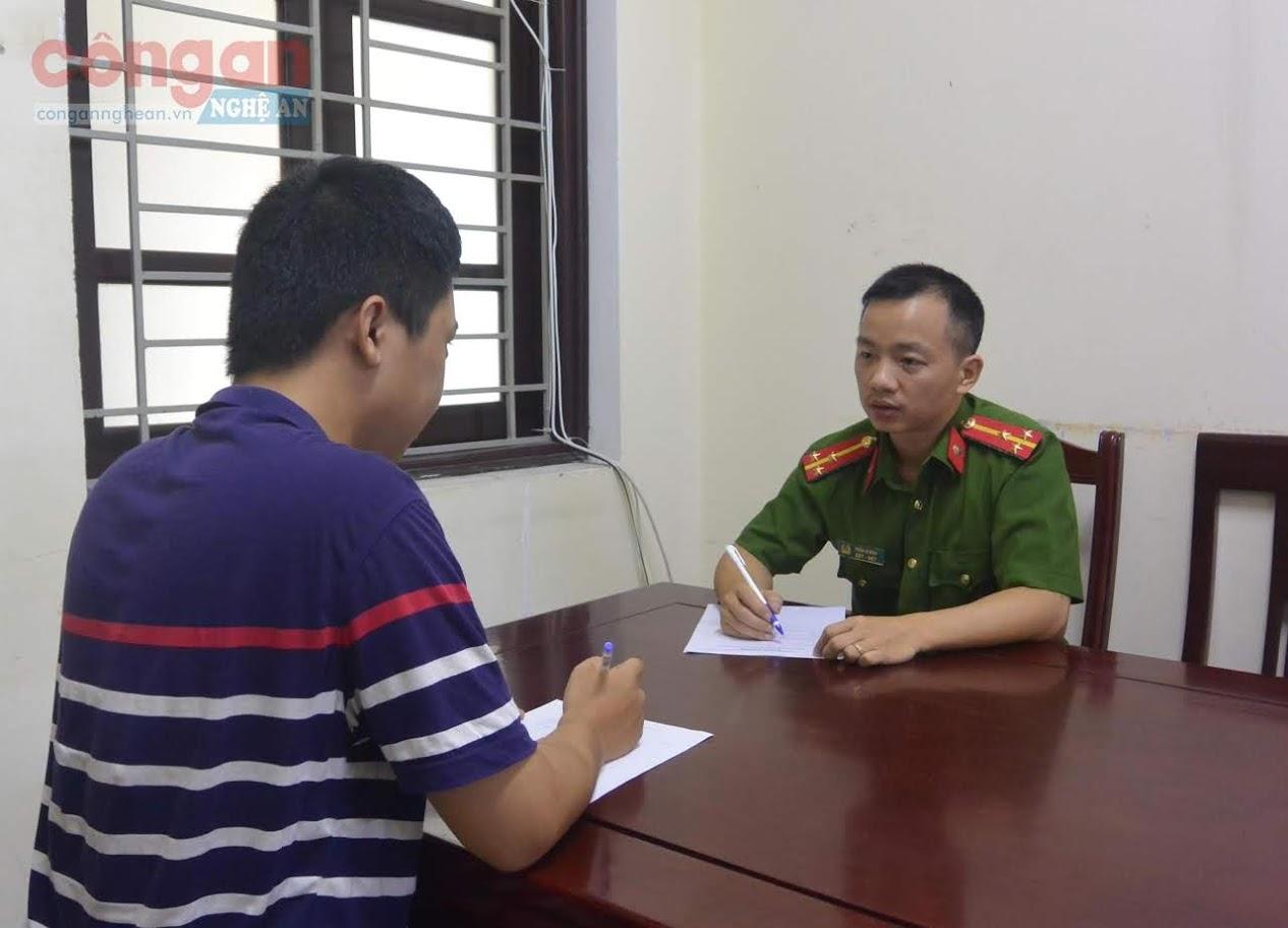 Cán bộ Đội Cảnh sát PCTP sử dụng công nghệ cao tiếp nhận trình báo của người dân