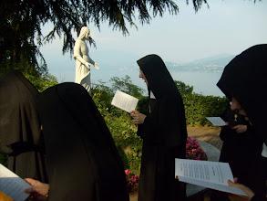 Photo: Pregando e cantando davanti al SS. Sacramento. Sullo sfondo la Vergine Maria, donna eucaristica