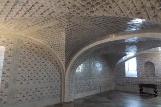Photo: Schloss Caputh - Fliesensaal - König Friedrich Wilhelm I. ließ den Fliesensaal als Sommerspeisesaal mit ca. 7500 holländischen Fayencefliesen im Souterrain des Hauses einrichten.