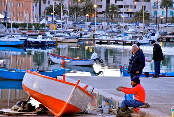 Red fisherman boat. di corelliroberto