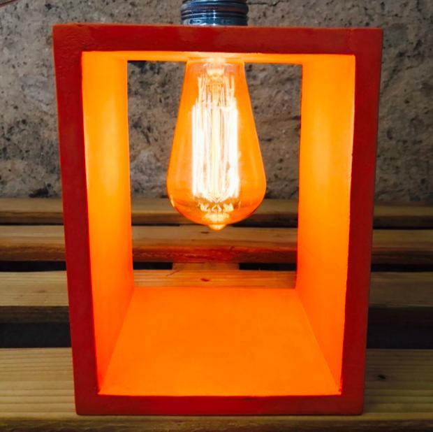 Lampe à poser en béton ciré orange