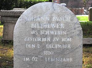 Photo: Johann Jürgen Busch (* 1758 in Schwerin; † 2. Dezember 1820 in Rom) war ein deutscher Bildhauer.   Johann Jürgen Busch war ein Neffe des Bildhauers und Baumeisters Johann Joachim Busch, der das Schloss in Ludwigslust errichtete. Um 1780 studierte er an der Akademie in Kopenhagen und ging 1783 mit einem Stipendium ständig nach Rom, wo er in der Nachbarschaft des Bildhauers Bertel Thorvaldsen lebte. Von dort belieferte er den herzoglichen Hof in Ludwigslust mit einigen Kopien antiker Büsten und Figuren, schaffte es aber nicht, sich ein geregeltes Einkommen zu erarbeiten und starb in bitterer Armut. Die evangelische Gemeinde in Rom übernahm die Kosten der Beisetzung auf dem Protestantischen Friedhof (Cimitero acattolico) an der Cestius-Pyramide. Zu seinen Freunden zählte der bekannte Maler Asmus Carstens.