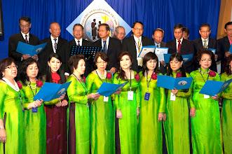 """Photo: Mở đầu chương trình văn nghệ là phần hợp ca của Ban Điều Hành trong bộ áo dài đồng phục màu xanh lá mạ, với bài hát """"Hội Ngộ Mùa Thu"""" do anh Hà Kim Tinh, SVLK Cần Thơ sáng tác"""