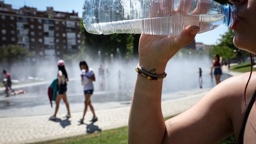 Beber mucha agua es esencial para no deshidratarse.