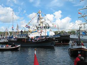 Photo: De havensleper Triton in de verdrukking.