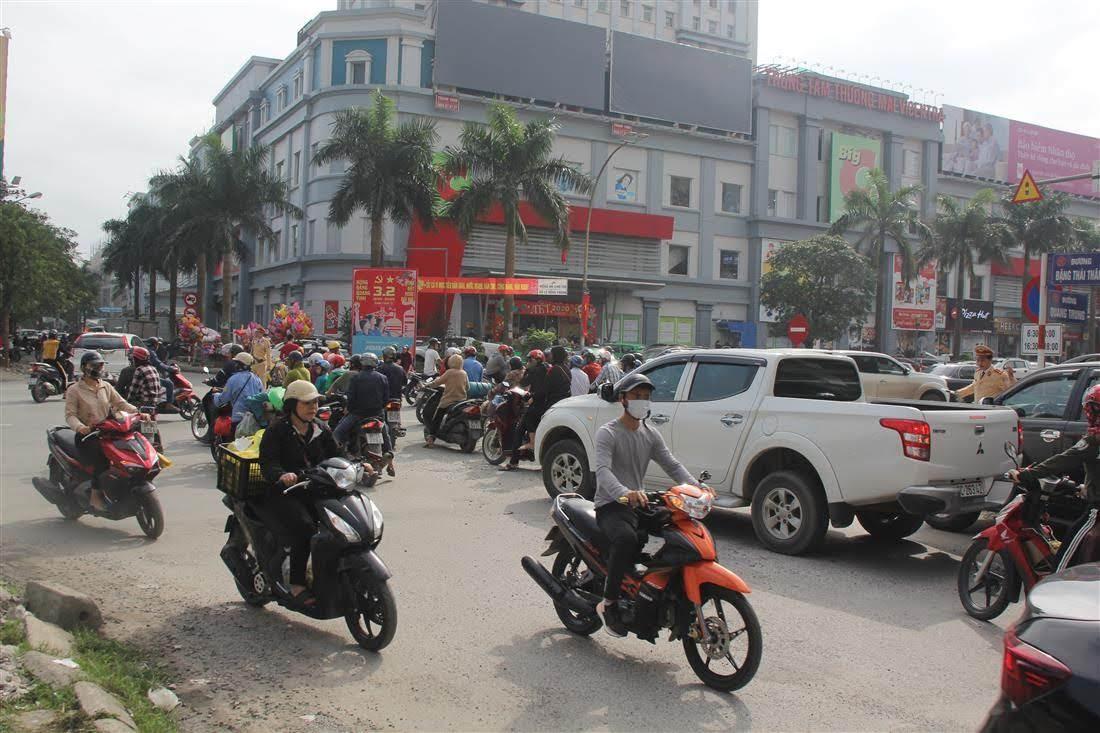 Lực lượng Công an TP Vinh phân luồng tại các giao lộ dễ xảy ra ùn tắc