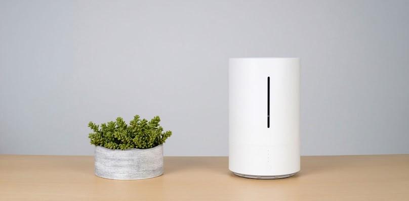 Nawilżacz powietrza zwiększa wilgotność powietrza w pomieszczeniu