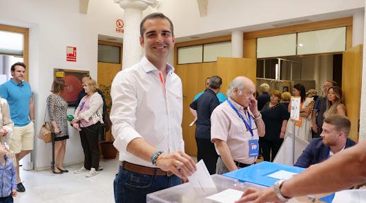 Ramón Fernández-Pacheco, votando en el Palacio de los marqueses de Cabra.