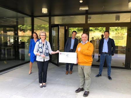 Crematorium Hofheide schenkt 28.000 euro aan het onderzoekscentrum van Marc Van Ranst