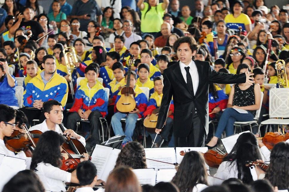 Bajo la batuta del maestro Enluis Montes, la Sinfónica Regional Juvenil e Infantil del estado Lara resonó con 300 intérpretes en escena. Un total de 170 músicos y 130 integrantes de la Coral ofrecieron temas como el Aleluya de Haendel. Una vez más, el joven director de orquesta hizo gala de su liderazgo sobre el podio