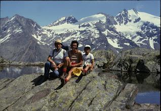 Photo: luglio 1986. Seduti in riva al Lago Lauson con Michele. Sullo sfondo le cime del Gran Paradiso. Escursione da Lillaz (Cogne)