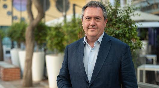 El nuevo líder del PSOE andaluz y alcalde de Sevilla, fotografiado en la céntrica Plaza Flores de Almería.