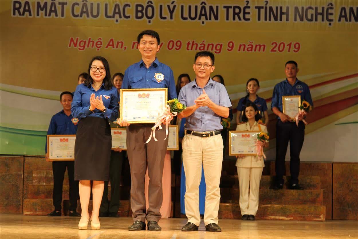 Trao giải cho thí sinh đạt giải Nhất cuộc thi cho đồng chí Hoàng Đức Lộc đến từ huyện Đoàn Nghi Lộc
