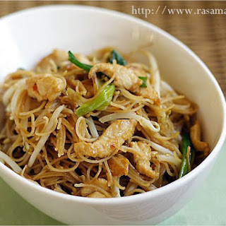 Fried Rice Vermicelli/Rice Sticks/Rice Noodles with Chicken (炒米粉).