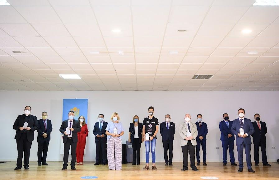 Foto de familia de los premiados y organizadores.