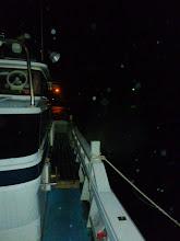 Photo: 左舷・・・うわー!時折、南東の突風が雨を含んで船に叩きつけてます。