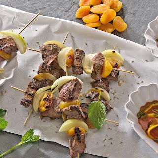 Rindfleischspieße mit getrockneten Aprikosen