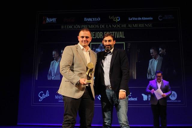 Manuel Martín recibió el galardón al Mejor Festival que recayó en el Festival Dreambeach, entregado por Emilio Higueras, Delegado de Coca-Cola.